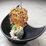 《おすすめ》鯛とタコとごぼうの和タルタル ヘーゼルナッツと西京味噌たこ焼きのチップを添えて
