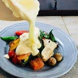 《おすすめ》農園野菜のグリル本場 スイスからのラクレットチーズをかけて