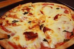 トマトとモッツァレラチーズのピザ