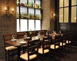 趣の異なる大小様々な個室でお食事とワインをお楽しみください。