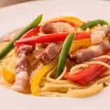 旬野菜とパンツェッタを使用したペペロンチーノ