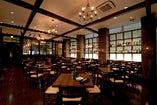 天井が高く開放的な空間で、通常より大きな貸切部屋をご用意しています
