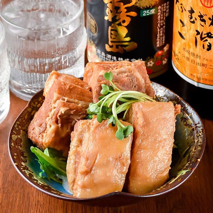 じっくりと煮込んだ当店自家製豚の角煮は箸で切れるほどトロトロ