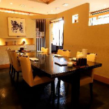 和モダンの落ち着いた雰囲気のテーブル席も個室感覚