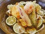 鶏と夏野菜と半熟玉子の天ぷらすだち冷しうどん定食