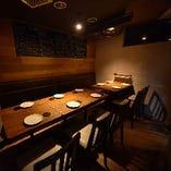 隠れ家のような個室(4名様テーブル×1卓、6名様テーブル×1卓)繋げて最大12名様まで