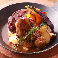 【ディアフロム名物!】とろける牛バラ肉の厳選赤ワイン煮込み ~なめらかなマッシュポテト添え~