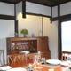 伝統の柱様式を配する床の間。天井には網代を巡らせる