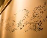 個室の壁に「鳥獣戯画」が描かれており、食事の場をもり立てる。