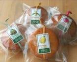 和歌山産フルーツ入りアーモンド風味のカップケーキ