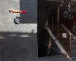 地下に向かう入口にさりげなく飾られたオシャレな鍋が目印
