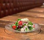 新鮮な野菜と旬果を使ったサラダが人気。