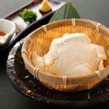 【自家製ざる豆腐】 当店で仕込む豆腐は濃厚な仕上がり