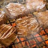 タン元だけを使用した熟成厚切り牛タンを備長炭で焼き上げます。