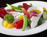 高知直送の野菜を使った数々の料理。毎週オーナーの地元高知より届く新鮮野菜に注目です!