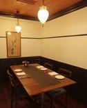 半個室は3名様から5名様で利用可。落ち着いた雰囲気の中でどうぞ。
