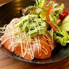 炙りチーズスモークサーモン丼