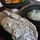 黄金岩ガキ石焼丼。提供期間/7~8月★