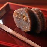 職人がオリジナルでつくる季節の和菓子も人気が高い。
