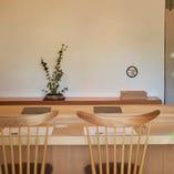 樹齢300年の公孫樹の一枚板を使ったカウンター席。目の前で繰り広げられる伝統の技