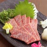 赤身が絶品の京都牛も、炭火でさっと炙り焼に。とろける口溶け!