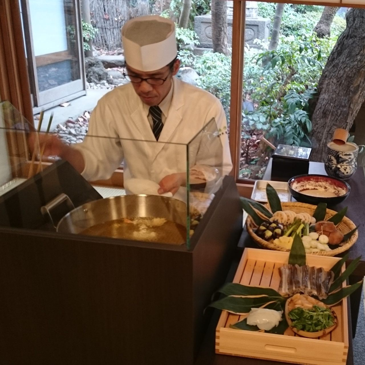 個室にて板前が目の前で揚げる天ぷら
