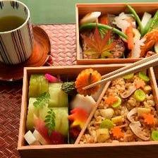 【9月-10月 個室料無料 ランチ・ディナー】オリジナルお弁当「ごちそう箱」を店内で味わうお手軽プラン