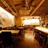 壁紙から器にまでこだわった、和の雰囲気漂う店内で和やかにお食事をお楽しみいただけます。