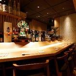 こちらのお席はカウンターの目の前が調理場のため、料理人が調理しているところを眺めながらお食事を楽しむことができます。