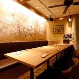 ランチや普段のお食事などの際は2名様用のお席。大人数のご宴会などの際には、広くお使いいただける席となっております。