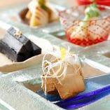 さまざまな食材と多様な技法で料理を作り、華やかなプレートに盛り付けていきます。