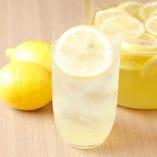 当店オリジナル五万米レモンサワーはすっきりとキレの良い味わい