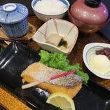 甘塩鮭(焼き魚)御膳:土:日:祝日:夜の御膳には汁物:御飯:香:デザート物が付きます。