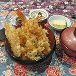 大ぶりの海老が3本入り天丼は熱々カリカリのタレが決め手、自慢の継ぎ足しタレはやみつき。