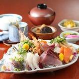 長崎県平戸漁港の朝獲れの新鮮 特上日替わりお刺身御膳は活き鯵が1匹付いた人気上昇ボリューム満点御膳