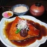 当店人気:恵比寿茶屋特製のたれで煮込んだ逸品:金目鯛の大判肩身煮魚御膳