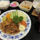 国産豚三元豚)のバラ生姜焼き御膳 には 土:日:祝日:夜の御膳には汁物:御飯:デザート香物が付きます。
