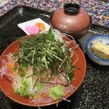 新鮮なねぎとろ丼土日祝日夜の丼物には小鉢、お新香、お味噌汁:デザート付いております。