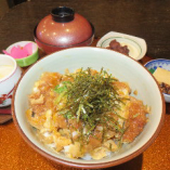 名物逸品かつ丼*土日祝日夜の丼物には小鉢、お新香、お味噌汁:デザート付いております。