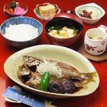 長崎県平戸漁港や北海道小樽の朝獲れ鮮魚を使って自家製の甘辛ダレで煮込んだ 絶品御膳