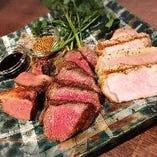 炭火グリルの肉料理!ブロックにカットしたお肉は絶品!!