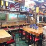 【総席数120席】動きのある木目と木肌の光沢が温かみ溢れる雰囲気のテーブル席