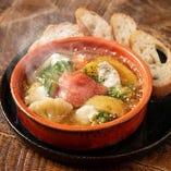 明太子とポテト、モッツァレラチーズのアヒージョ