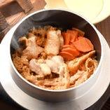 『鶏釜飯』は注文ごとに炊き上げるこだわりぶり