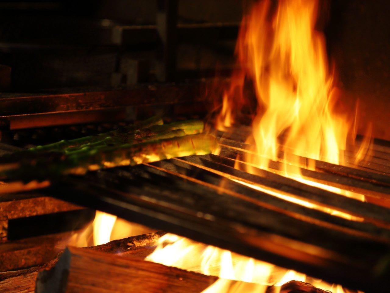 じっくりと焼き上げる薪火料理に舌鼓