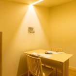 【洋室】半個室のテーブル席。