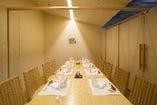 【半個室】8名様まで。天井に少し空きがありますのて完全個室ではございません。