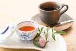 【デザート&コーヒー】ランチには全コース、デザートとコーヒーがついています。コーヒーor紅茶(ice・hot)をお選びください。