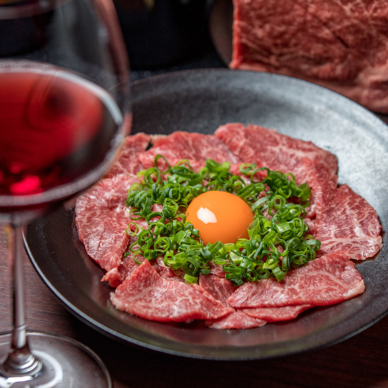 尾崎牛のカルパッチョ〜超レアタタキ〜は国産ワインとの相性抜群