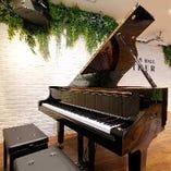 最新のカラオケ機器やグランドピアノなど設備も充実!